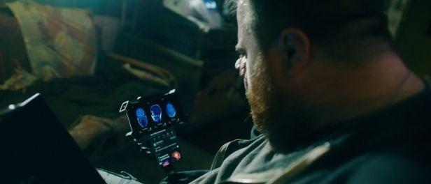 할리우드 신작 영화 '송버드' 에서 등장인물이 LG윙을 이용해 영상통화를 하는 장면.