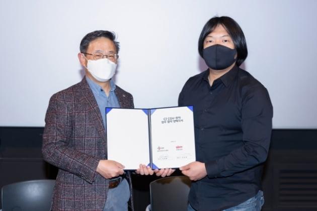 최병환 CJ CGV 대표(왼쪽)와 박태훈 왓챠 대표(오른쪽)가 지난 9일 업무 협약을 체결했다./사진=왓챠