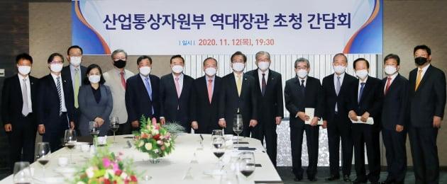 '역대 장관 간담회'…'탈원전 검찰 수사' 백운규는 빠졌다