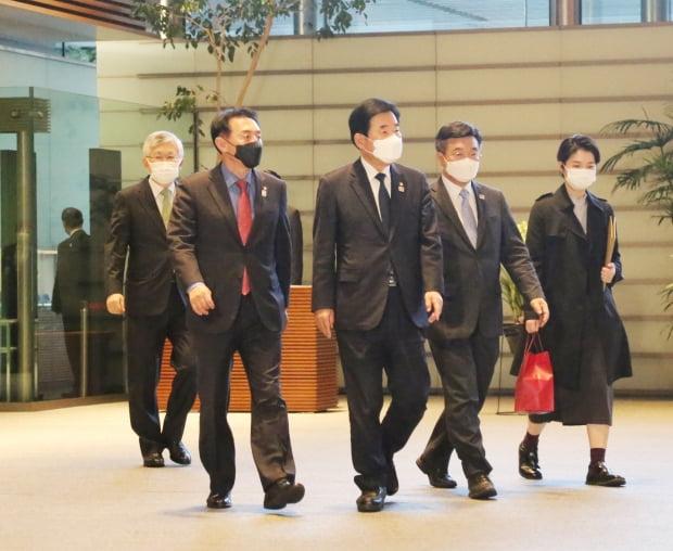 스가 총리 면담하러 가는 한국 여야 의원들. /사진=연합뉴스