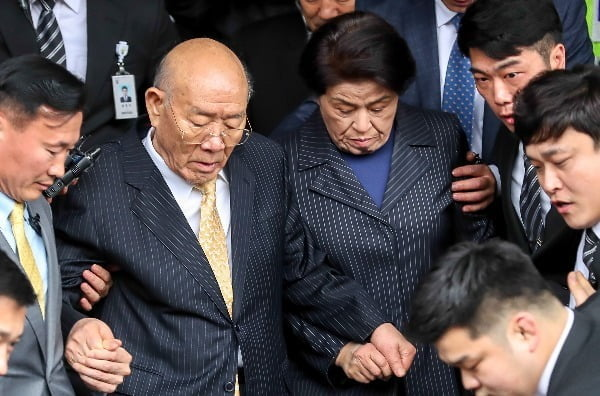 전두환 전 대통령이 2019년 3월 11일 광주지방법원에서 열린 5·18 민주화운동 관련 형사재판에 피고인 신분으로 출석을 마친 뒤 부인 이순자 여사와 함께 청사를 나서고 있다. 사진=연합뉴스