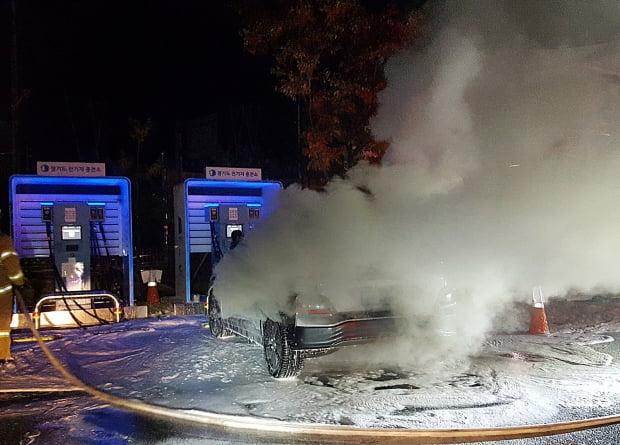 지난달 남양주시의 주차장에서 충전 중이던 코나 전기차(EV)에서 불이 났다. 연합뉴스