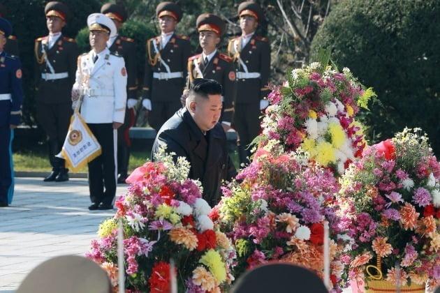 김정은 북한 국무위원장이 지난달 22일 중공군의 6·25 전쟁 참전 70주년을 기념해 중국인민지원군 열사능을 참배한 모습.  뉴스1
