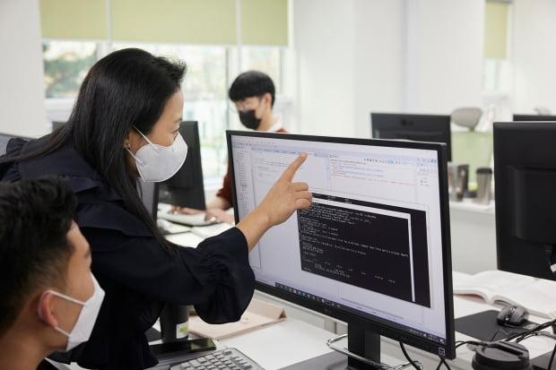 서울시가 기업의 SW개발자 양성을 돕기위해 시작한 'SSAC'이 12월13일까지 2기 수강생을 모집한다. 기업이 필요로 하는 커리큘럼으로 구성된 것이 특징이다. 1인 수강료 800만원은 전액 무료다.