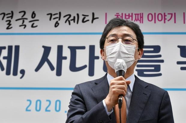 유승민 전 의원이 16일 서울 여의도 국회 앞 태흥빌딩 '희망 22' 사무실에서 '결국 경제다'를 주제로 열린 주택문제, 사다리를 복원하다 토론회에서 인사말을 하고 있다. 사진=뉴스1