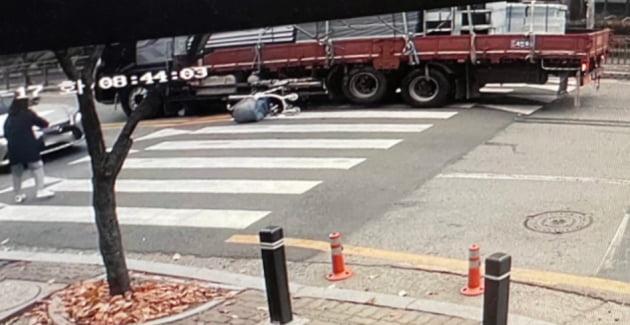 지난 17일 오전 광주 북구 운암동 한 아파트단지 앞 어린이보호구역에서 50대 A씨가 운전하던 8.5t 트럭이 유모차를 탄 3살 여아 등 일가족 3명을 들이받은 뒤 멈춰서 있다./ 사진=뉴스1