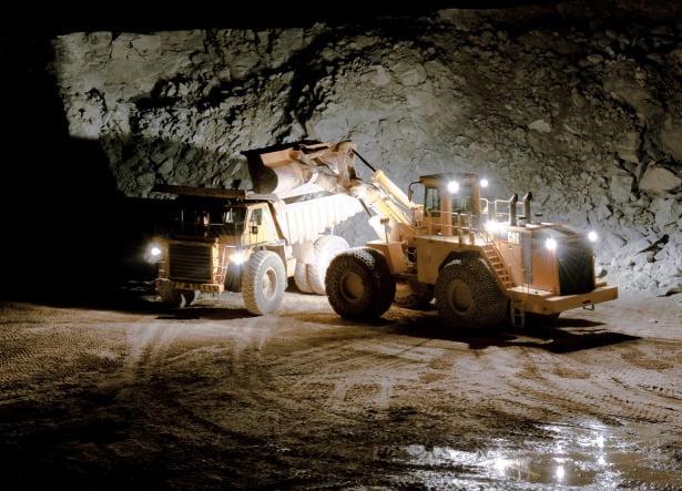 한 석회석 광산에서 건설기계가 석회석 덩어리를 실어나르고 있다.