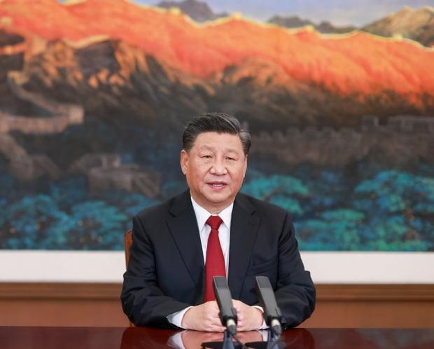 시진핑 중국 국가주석이 19일(현지시간) 베이징에서 '아시아태평양경제협력체(APEC) 최고경영자(CEO) 대화'에 화상으로 참석해 연설하고 있다. APEC 정상회의를 하루 앞두고 열린 이날 CEO 대화는 말레이시아 쿠알라룸푸르에서 회원국을 화상으로 연결해 진행됐다. 사진=연합뉴스