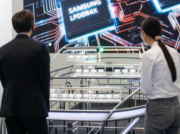 지난달 29일 서울 삼성동 코엑스에서 열린 반도체대전에서 관람객이 삼성전자 반도체 부스를 살피고 있다.  /한경DB