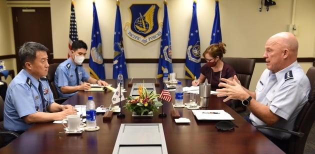 이성용 공군참모총장(왼쪽)이 지난 19일 미국 하와이 태평양공군사령부에서 존 레이먼드 우주군참모총장과 양자 대담을 하고 있는 모습.  /공군 제공