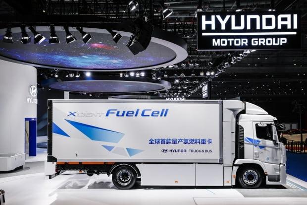 현대자동차그룹은 중국 상하이 국가컨벤션센터에서 열린 제3회 중국 국제 수입박람회에서 미래 스마트 모빌리티 비전을 중국 시장에 선보였다고 지난 6일 밝혔다. 사진은 중국 시장에 처음 공개된 현대차 수소전기 대형트럭 엑시언트. 사진 = 뉴스1