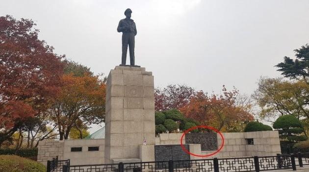 인천 자유공원에 있는 맥아더 동상과 인천상륙작전을 나타내는 조각판화(빨간 원안). 강준완 기자