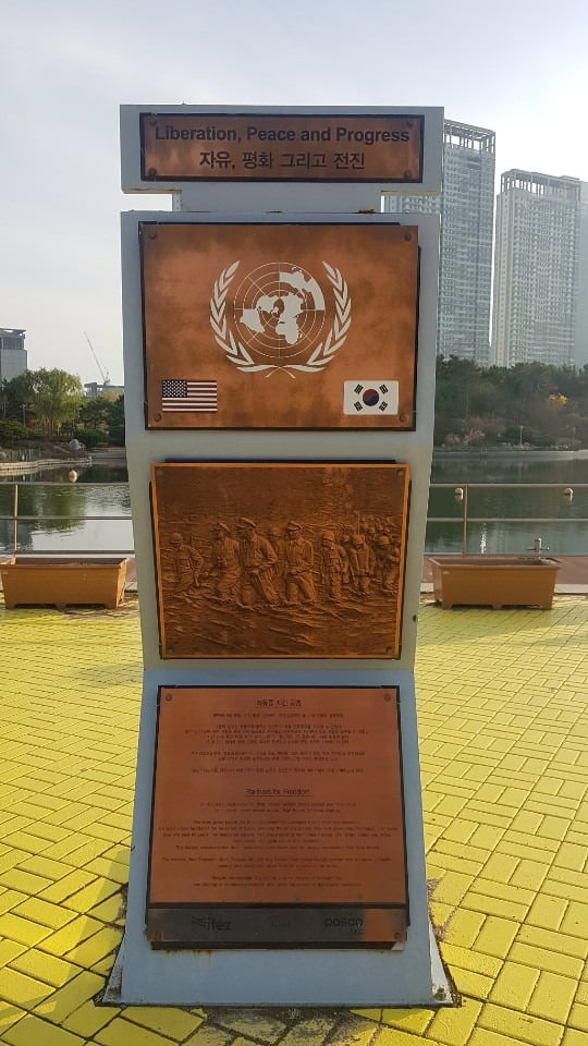 송도국제도시 센트럴파크에도 인천상륙작전 상황을 나타내는 동판화가 설치돼 있다. 강준완 기자