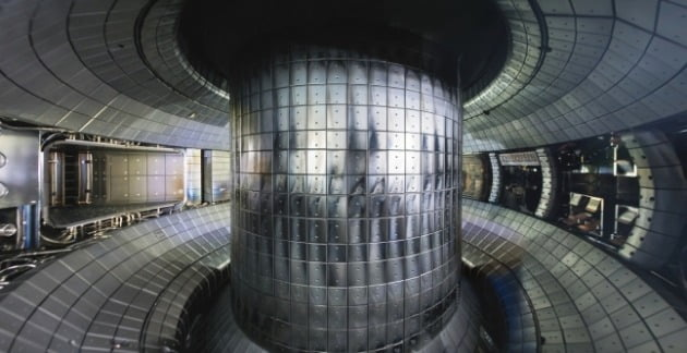 KSTAR 진공용기 내부 사진 [사진=한국핵융합에너지연구원 제공]