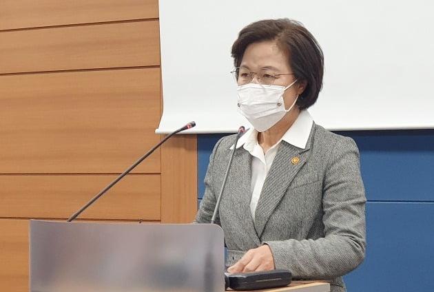 24일 저녁 서울고등검찰청 기자실에서 브리핑을 하고 있는 추미애 법무부 장관. 뉴스1