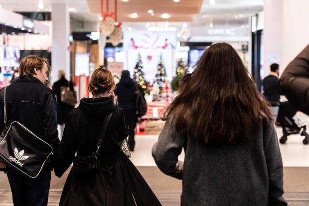 스웨덴 정부가 신종 코로나바이러스 감염증(코로나19) 발생 이후 처음으로 부분 봉쇄를 도입한다고 발표한 11일(현지시간) 크리스마스 트리가 장식된 스톡홀름의 한 백화점 안으로 시민들이 들어가고 있다. 사진=연합뉴스