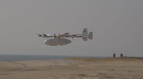 지난 21일 인천 자월도에 착륙하고 있는 인천형 물류로봇 택배드론. 인천시 제공