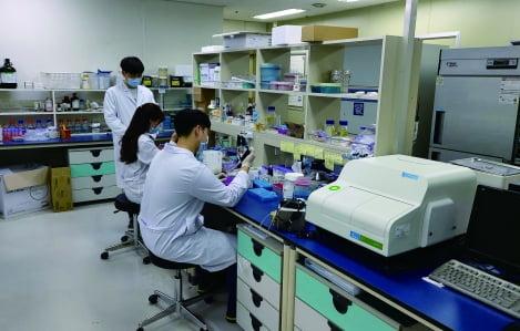 30여 명의 구성원 대부분이 석·박사 수준으로 신약 합성부터 후보물질 최적화까지 신약 개발 물질 도출에 최적화된 역량을 갖추고 있다.
