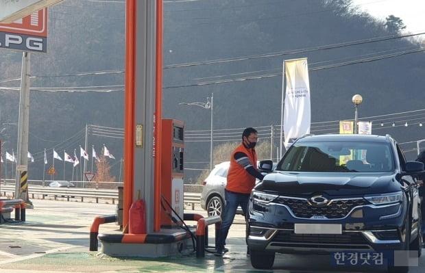 한 LPG 충전소에서 직원이 차량에 연료를 채우고 있다. 사진=오세성 한경닷컴 기자