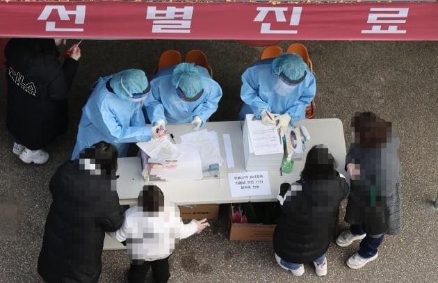26일 오전 서울 강서구보건소 선별진료소를 찾은 시민들이 신종 코로나바이러스 감염증(코로나19) 검사를 받기 위해 차례를 기다리고 있다. 강서구에 따르면 지난 23일부터 사흘 동안 관내 에어로빅학원과 관련해 모두 52명이 확진됐다.  /사진=연합뉴스