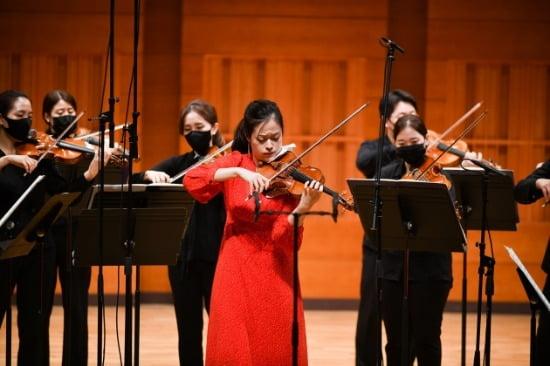 한경닷컴 가을행복음악회에서 연주중인 한경필하모닉오케스트라와 바이올리니스트 김다미