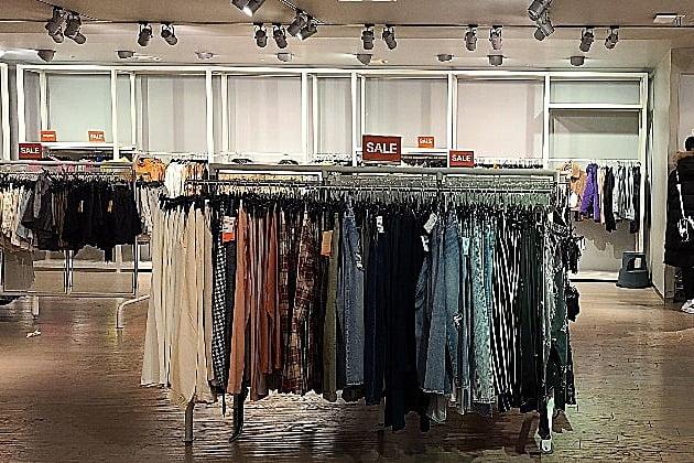 스웨덴 패션 브랜드 H&M의 국내 1호 매장인 서울 명동눈스퀘어점 매장이 30일 영업을 마지막으로 문을 닫는다. 사진은 23일 H&M 매장 내부 모습. 사진=오정민 한경닷컴 기자
