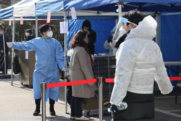 최근 노량진 학원 집단감염 확진자가 급증하고 있는 가운데 26일 오전 서울 동작구청에 마련된 선별진료소에서 의료진들이 분주히 움직이고 있다. 사진=연합뉴스