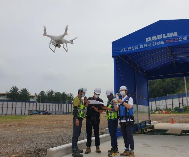 인천에 건설중인 e편한세상 부평 그랑힐스 현장에서 대림산업과 협력업체 직원들이 드론을 활용하여 측량작업을 하고 있다. (대림산업 제공)