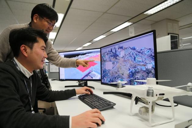 대림산업 직원이 드론으로 촬영하여 3D로 변환한 영상 데이터를 통해 현장 측량 자료를 확인하고 있다.(대림산업 제공)