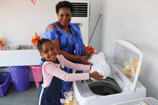 LG전자가 현지시간 25일 나이지리아 베닌시에 무료 세탁방인 '라이프스 굿 위드 LG 워시를 열었다. 현지주민들이 무료 세탁방에서 세탁기를 체험하고 있다/사진제공=LG전자