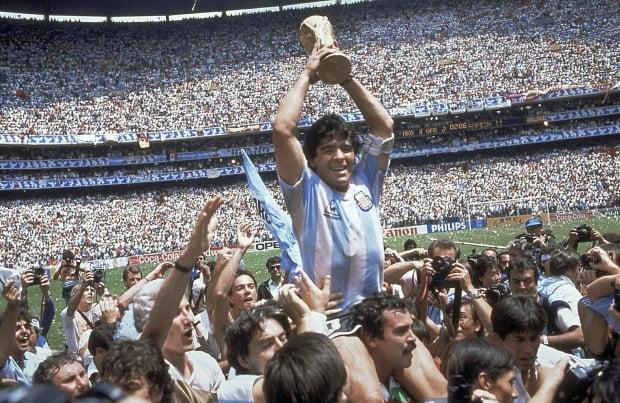 '축구의 전설'로 불리던 마라도나가 지난 11월25일 60세로 별세했다. 1986년 6월 29일 멕시코월드컵 결승에서 서독에게 3대2로 승리한 후 우승컵을 들고 환호하고 있다. 사진 = AP 연합뉴스