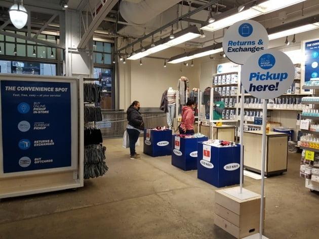 27일(현지시간) 뉴욕 맨해튼의 올드네이비 매장 안에 '온라인 쇼핑 후 픽업' 할 수 있는 곳이 별도로 설치됐다. 뉴욕=조재길 특파원