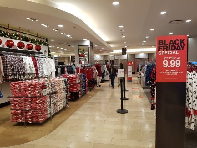 27일(현지시간) 뉴욕 맨해튼의 메이시스 백화점 내부에 쇼핑객이 많지 않아 썰렁한 모습을 보이고 있다. 작년만 해도 통로를 지나기 힘들 정도로 붐볐던 곳이다. 뉴욕=조재길 특파원