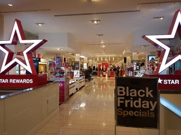 27일(현지시간) 뉴욕 맨해튼의 메이시스 백화점 내부엔 쇼핑객이 별로 없어 썰렁하다. 작년만 해도 통로를 지나기 힘들 정도로 붐볐던 곳이다. 뉴욕=조재길 특파원