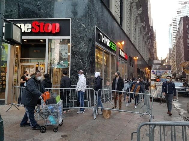 27일(현지시간) 오전 7시 뉴욕 맨해튼의 한 게임기 매장 앞에 이례적으로 긴 줄이 생겼다. 하지만 신상품인 플레이스테이션5가 금방 동 났다고 직원이 밝히자 10여분 만에 모두 해산했다. 뉴욕=조재길 특파원