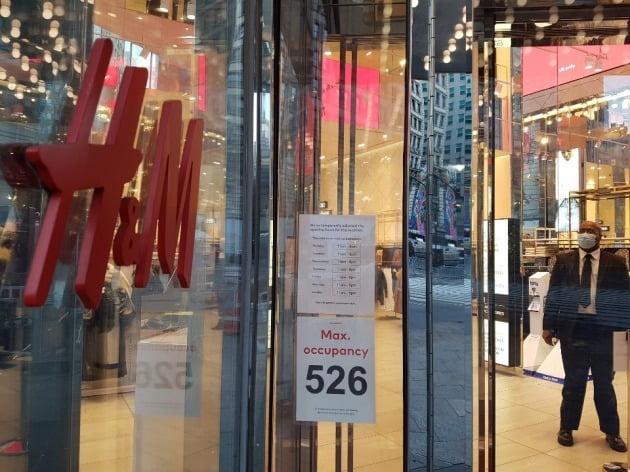 27일(현지시간) 저가형 대형 의류매장인 뉴욕 맨해튼의 H&M은 한번에 입장할 수 있는 쇼핑객 수를 526명으로 제한했으나 오전 기준으로 직원들만 서 있을 뿐 쇼핑객을 찾기가 더 어려웠다. 뉴욕=조재길 특파원