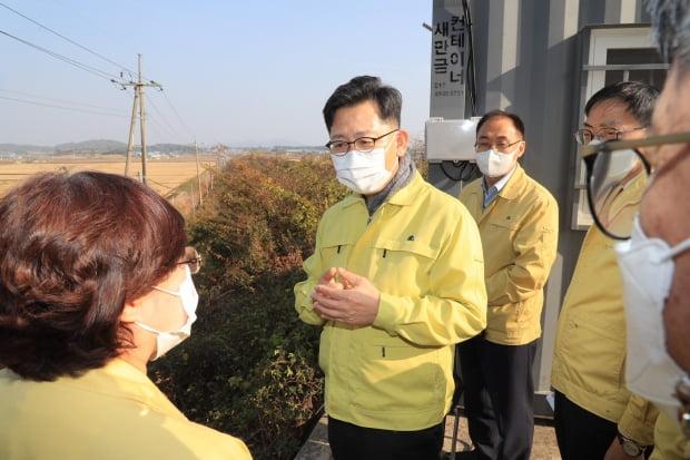 김현수 농식품부 장관이 지난달 30일 AI 방역 현장을 둘러보고 있다. 농식품부 제공.