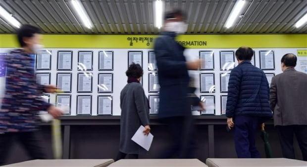 서울 마포구 서울서부고용복지플러스센터에서 구직자들이 일자리정보 게시판을 보고 있다. 사진=김영우 기자 youngwoo@hankyung.com