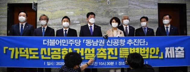 """""""가덕도만 후보냐? 사천도 있다""""…동남권 신공항, 지역갈등 비화"""
