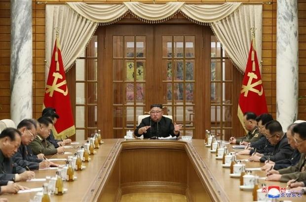 김정은 북한 국무위원장이 지난 29일 노동당 정치국 확대 회의를 열고 있는 모습. 연합뉴스