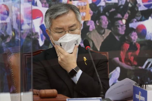 '윤석열 부인 고발' 최강욱, 결국 검찰 담당 법사위 行