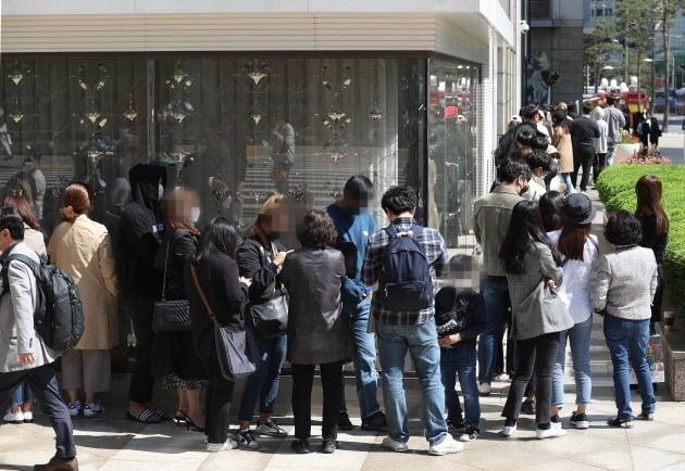 사진은 지난 5월 명품 샤넬의 가격 인상 소식에 서울 중구 롯데백화점 본점 명품관 앞에 고객들이 줄을 서고 있는 모습. 사진=연합뉴스