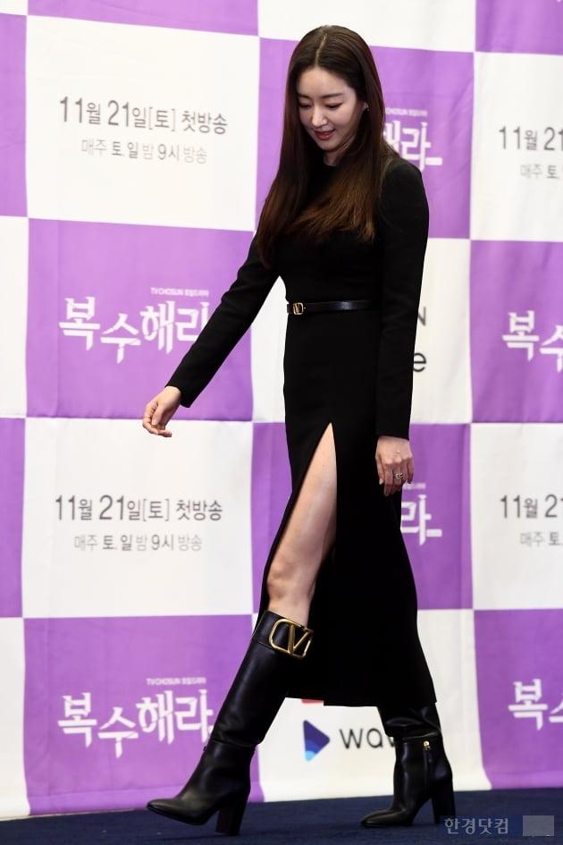 [포토] 김사랑, '우월한 비율 뽐내며 등장~'