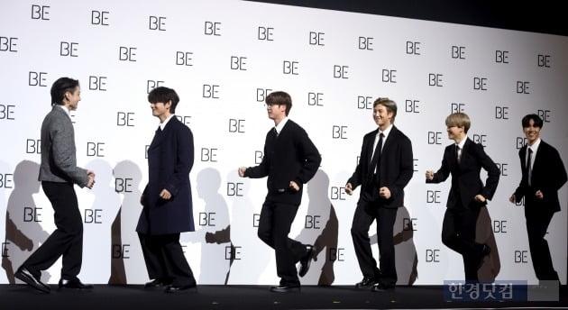 그룹 방탄소년단이 20일 오전 서울 동대문디자인플라자(DDP)에서 열린 새 앨범 'BE (Deluxe Edition)' 발매 기념 글로벌 기자간담회에 참석해 포토타임을 갖고 있다. / 사진= 변성현 기자
