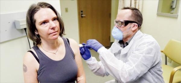 미국 시애틀의 한 병원에서 임상시험에 참여한 피험자가 바이오기업 모더나의 신종 코로나바이러스 감염증(코로나19) 백신을 맞고 있다. 모더나는 지난 18일 코로나19 백신 임상 1상에서 성공적인 결과를 얻었다고 발표했다.   AP연합뉴스