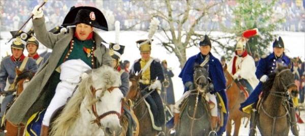 나폴레옹의 아우스터리츠 전투 200주년을 기념하기 위해 체코 남부 브르노 인근 슬라프코프에서 열린 재연 행사 도중 당시 군인으로 분장한 참가자들.