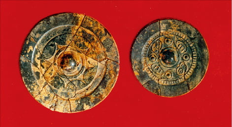 김해 양동리 고분에서 발굴된 청동거울.