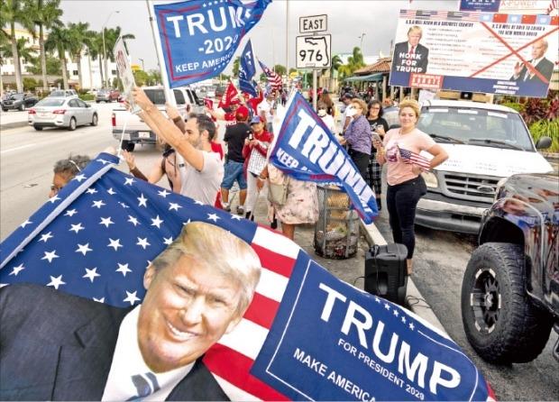"""< """"개표 중단하라"""" > 도널드 트럼프 미국 대통령을 지지하는 시위대가 5일(현지시간) 플로리다주 마이애미의 도로변에서 개표 집계 중단을 요구하며 항의하고 있다.  /EPA연합뉴스"""