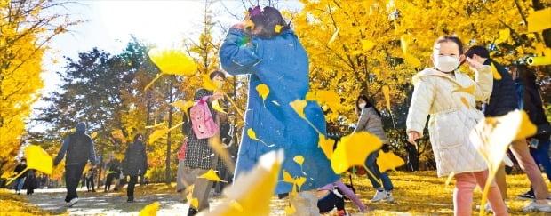 [포토] 서울숲 낙엽 밟으며 추억 쌓고