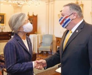 미국을 방문 중인 강경화 외교부 장관이 9일(현지시간) 마이크 폼페이오 미국 국무장관과 오찬 회담에서 악수하고 있다.  외교부  제공